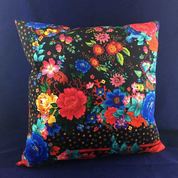 Grand coussin en velours fond noir et fleurs colorées